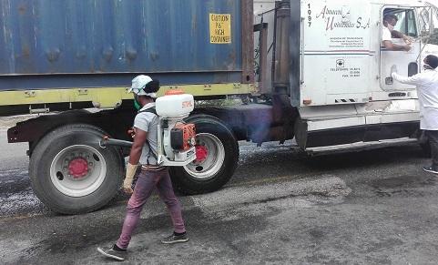 Punto de desinfección y controles sanitarios en Santiago de Cuba.