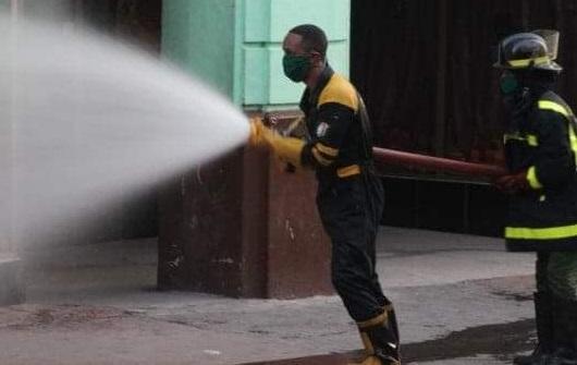 Desinfección de las calles santiagueras con el apoyo del cuerpo de bomberos.