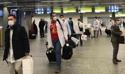 """Regresa de Italia Contingente Internacional de Médicos Especializados en Situaciones de Desastres y Graves Epidemias, """"Henry Reeve""""."""