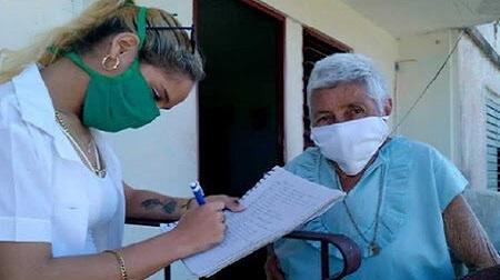 Estudiantes de medicina en Santiago de Cuba en pleno pesquisaje contra la covid-19.