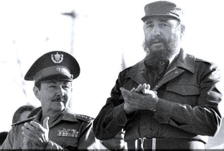Raúl y Fidel en un acto por el 18 aniversario del desembarco del Granma en 1982.