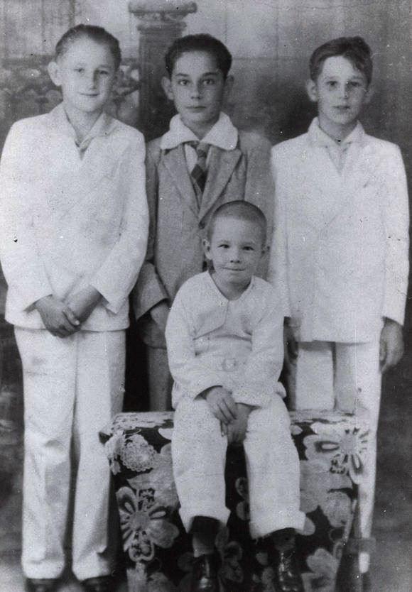 Raúl sentado, Fidel a la derecha, Ramón Castro a la izquierda y Cristobal Boris al centro en el colegio La Salle de Santiago de Cuba (1936).