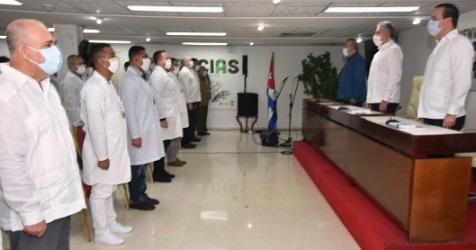 El jefe de la brigada médica entregó al presidente cubno el reconocimiento que al concluir la misión les fuera conferido por las autoridades italianas. Foto: Estudios Revolución