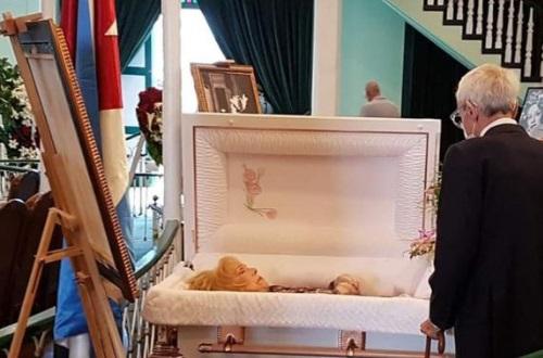 Envían Raúl y Díaz Canel ofrenda floral en tributo póstumo a Rosita Fornés.