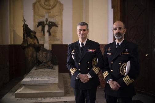 En foto: Manuel Cervera de fragata de la Armada, y Jaime Cervera Valverde, comandante Naval de Cádiz, tumba almirante Cervera.